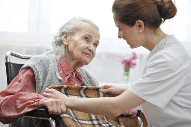 С какого возраста можно ухаживать за пенсионерами?